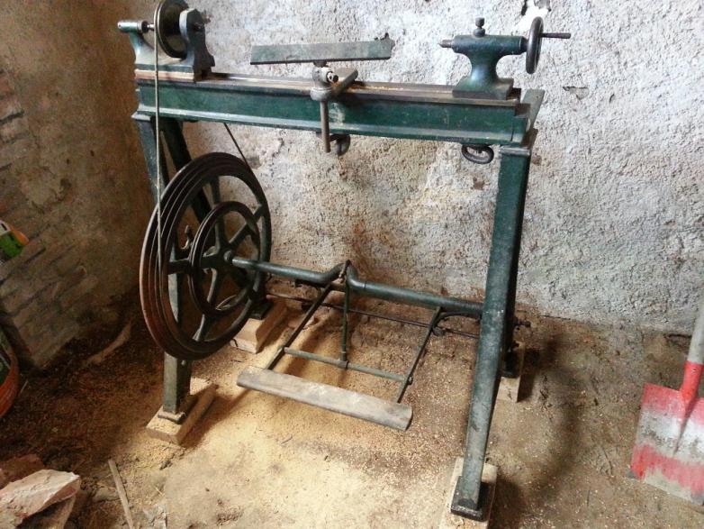 Thread: Help needed to identify old treadle wood lathe