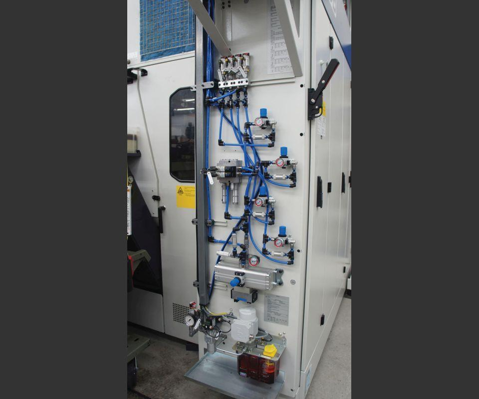 This air-amplification system on the back of the G350 machine ensures the System 3R chuck securely clamps even the largest parts. Air supply is controlled by the robot, and various safety mechanisms ensure the chuck stays clamped in the event of a power outage or other unexpected loss of air pressure.