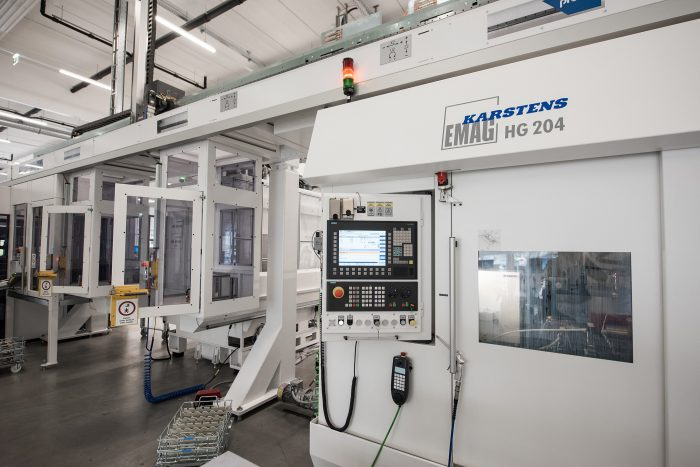 Gearwheel machining with EMAG VL 100 pick-up machines